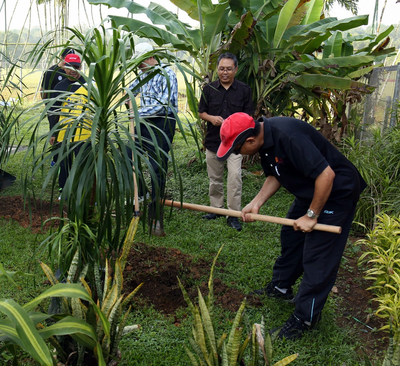 Gotong Royong Perdana 2016 Sekolah Agama UTM